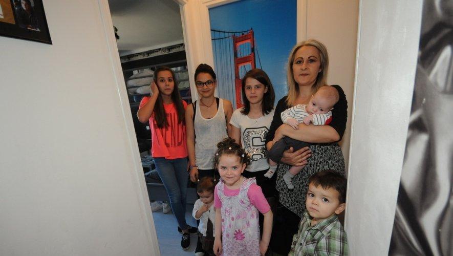 Annie, entourée de ses sept enfants.