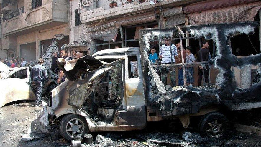 Sur les lieux de l'explosion d'une voiture piégée dans le quartier de Abbasiyah à Homs, en Syrie,le 29 avril 2014