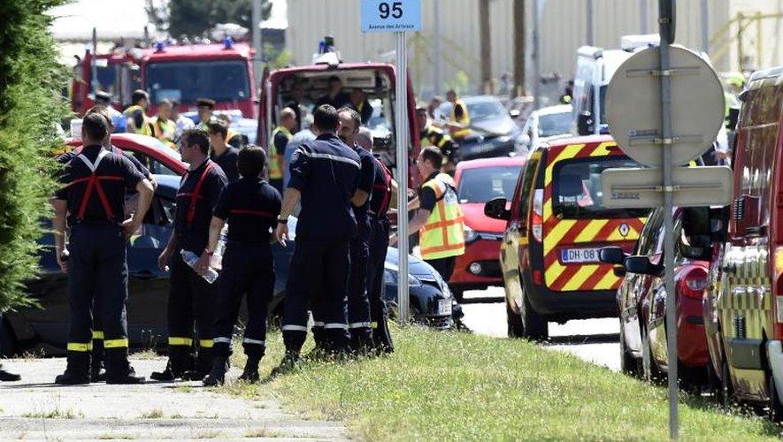 La police et les pompiers à l'entrée du site d'Air Products