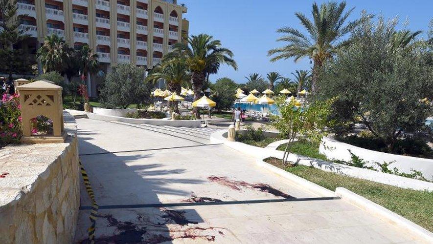 Du sang près du complexe hôtelier de Sousse, en Tunisie, après l'attentat