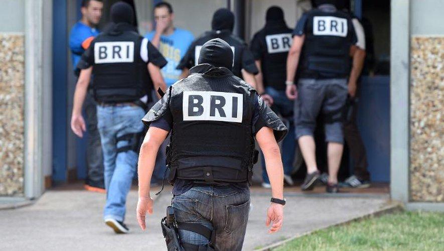 Les forces spéciales de la Brigade d'intervention et de recherche (BRI) arrivent au domicile du suspect de l'attentat en Isère