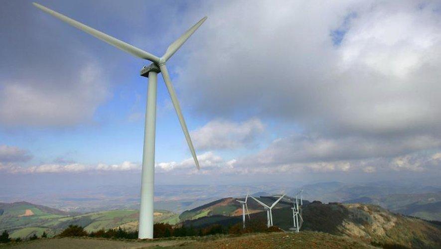 Photo d'archives datant du 22 octobre 2005 montrant des éoliennes implantées sur une ligne de crêtes dans le parc de Merdelou-Fontanelles dans le sud Aveyron