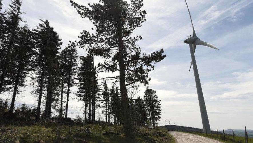Une éolienne à Salles-Curan le 18 avril 2014