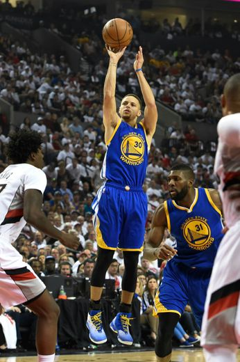 Stephen Curry, N.30 des Golden State Warriors, tire face aux Trail Blazers, le 9 mai 2016 à Portland
