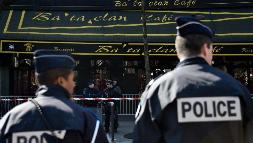 Des policiers devant le Bataclan le 17 mars 2016