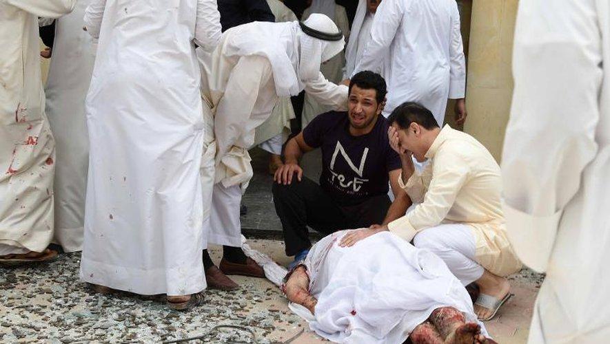 Des Koweïtiens entourent le corps d'une des victimes de l'attentat suicide perpétré dans une mosquée, le 26 juin 2015