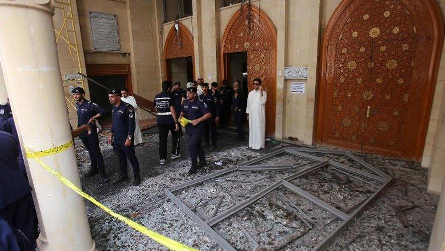 Forces de sécurité dans la mosquée chiite de Koweït-City frappée par un attentat, le 26 juin 2015
