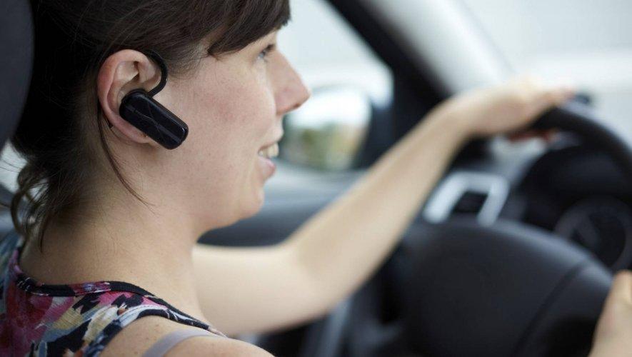 Il sera désormais interdit de conduire désormais un véhicule ou un deux roues (y compris vélo) avec un dispositif émetteur de son porté sur une ou les deux oreilles.