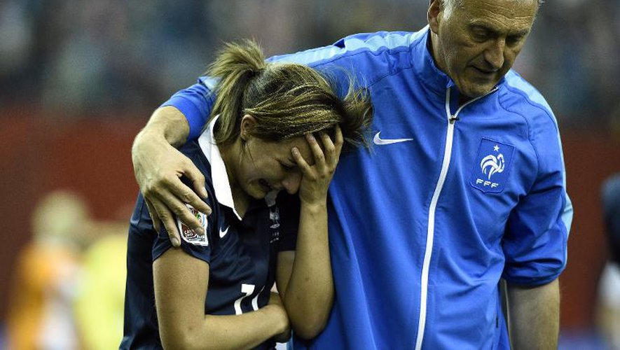 La détresse de Claire Lavogez, soutenue par l'entraîneur Philippe Bergeroo après l'élimination de la France par l'Allemagne en quart de finale du Mondial à Montréal, le 26 juin 2015