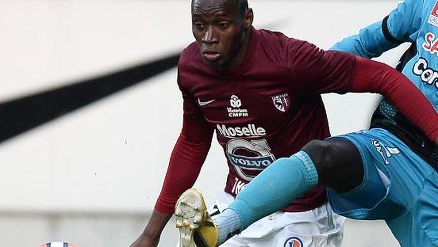 L'attaquant de Metz Diafra Sakho tente de récupérer le ballon lors d'un match face à Tours, le 2 mai 2014 à Longeville-lès-Metz