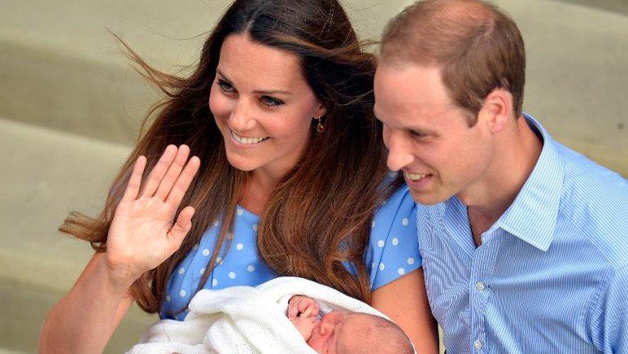 Le prince William et son épouse Catherine, duchesse de Cambridge, présentent leur fils aux médias devant l'hôpital St Mary, le 23 juillet 2013 à Londres