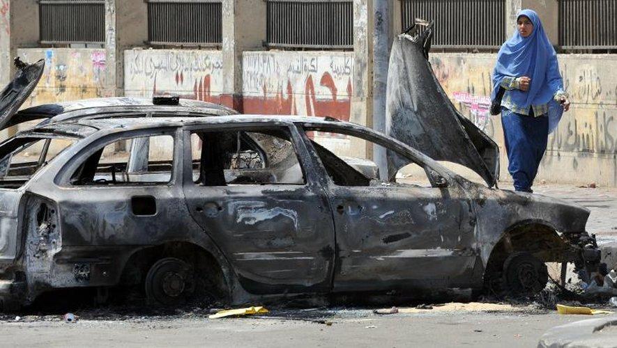 Des voitures brûlées près de l'Université du Caire, le 23 juillet 2013