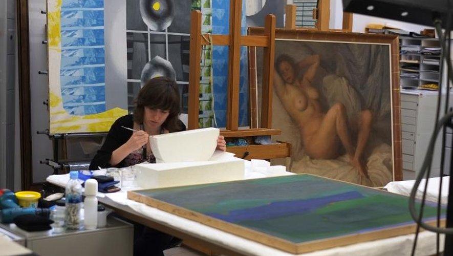 Une employée du musée Reina Sofia restaure une sculpture, le 4 juillet 2013 à Madrid