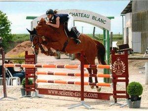 Sauts gagnants pour la jeune cavalière Claire Pialou