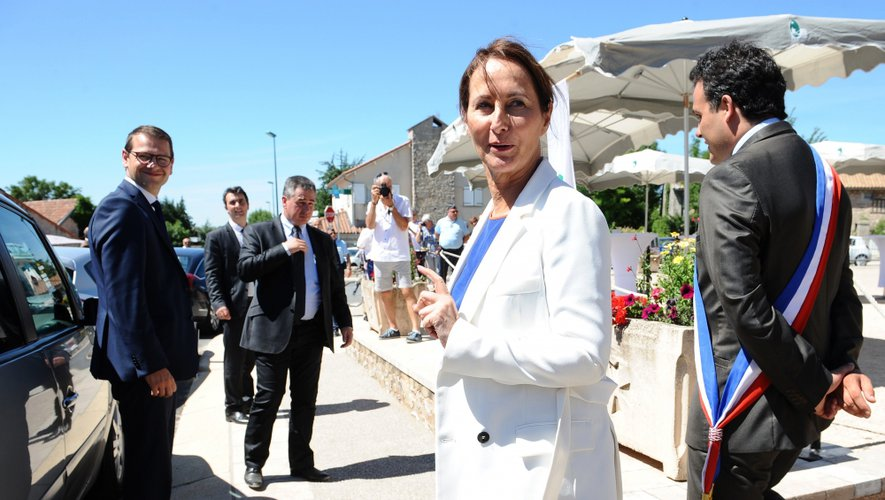 """La ministre de l'Ecologie Ségolène Royal a signé lundi à Nant (Aveyron) quatre conventions de """"territoire à énergie positive pour la croissance verte""""."""