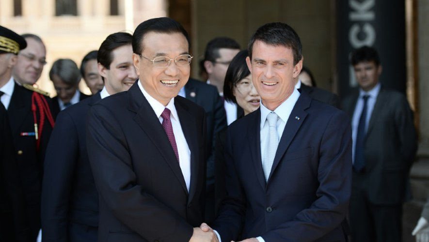 Le Premier ministre chinois Li Keqiang et son hommogue français  Manuel Valls lors d'une cérémonie d'honneur dans la cour des Invalides le 30 juin 2015 à Paris