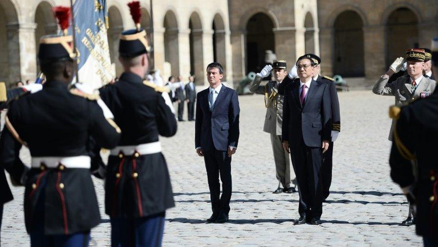 Le Premier ministre français Manuel Valls et son homogue chinois Li Keqiang lors d'une cérémonie d'honneur dans la cour des Invalides le 30 juin 2015 à Paris