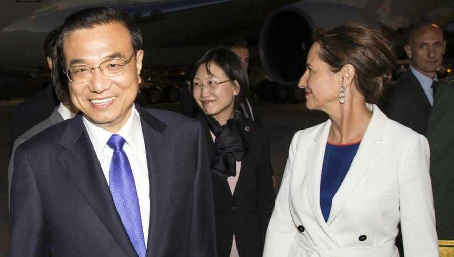 Le premier ministre chinois Li Keqiang (G) est accueilli par la ministre de l'écologie Ségolène Royal (D) à l'aéroport Roissy Charles De Gaulle, le 29 juin 2015