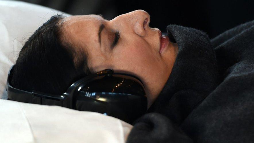 La plasticienne Marina Abramovic allongée dans un lit dans sa résidence à Sydney le 23 juin 2015