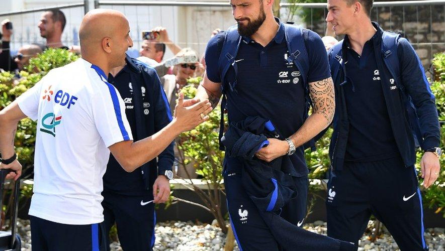 Les Bleus d'Arsenal Olivier Giroud et Laurent Koscielny, le 17 mai 2016 à Biarritz lors de leur arrivée à l'hotel de l'equipe de France