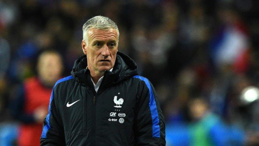 L'entraîneur de l'équipe de France Didier Deschamps regarde le match amical face à la Russie au Stade de France, le 29 mars 2016