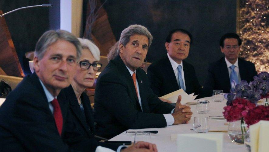(De gauche à droite) Les chefs de la diplomatie avec le Britannique Philip Hammond, l'Américaine Wendy Sherman, l'Américain John Kerry et le Chinois Li Baodong durant une rencontre sur le nucléaire iranien, le 28 juin 2015 à Vienne