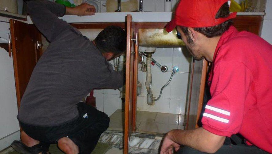 Un Syrien apprend à réparer un évier à Homs le 9 mai 2014, dans le cadre d'un programme mis en place par Abdel-Nasser al-Cheikh