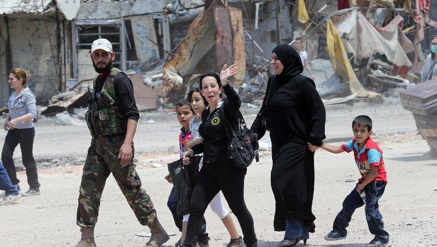 Des habitants de la vieille ville de Homs reviennent chez eux le 12 mai 2014 après le départ des rebelles