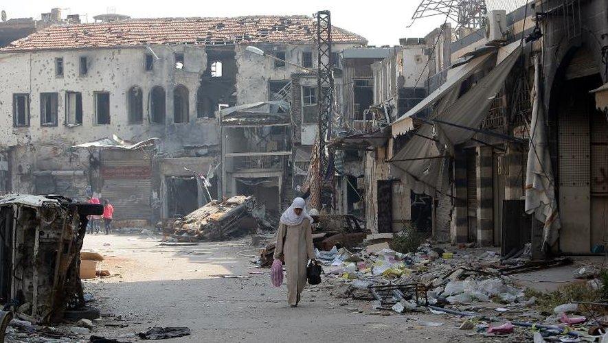 Une femme dans le quartier détruit de la vieille ville à Homs en Syrie, le 12 mai 2014