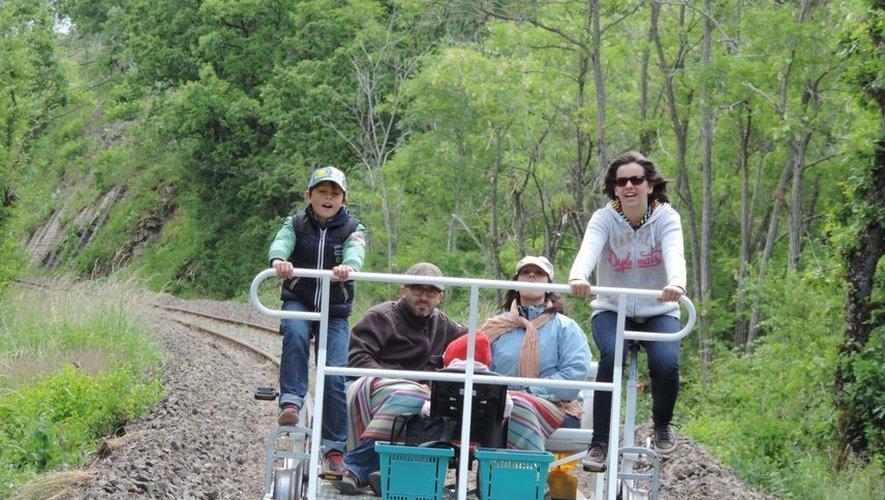 Le vélorail peut accueillir quatre passagers et quelques sacs.