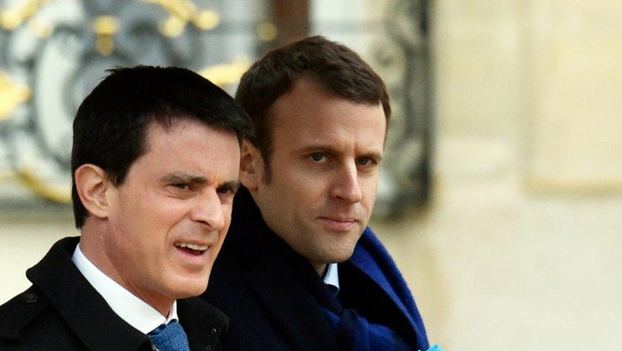 Le Premier ministre Manuel Valls et le ministre de l'Economie Emmanuel Macron à la sortie du conseil des ministres le 9 mars 2016 à l'Elysée à Paris