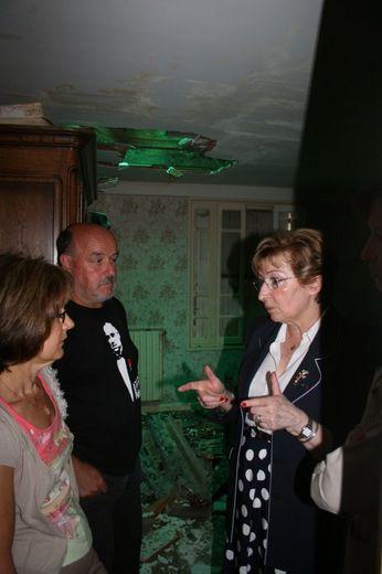 """Anne-Marie Escoffier, ministre déléguée à la décentralisation, est venue constater l'ampleur des dégâts sur les bâtiments agricoles et dans les habitations. Elle a assuré qu'elle restait en Aveyron """"pour aider""""."""