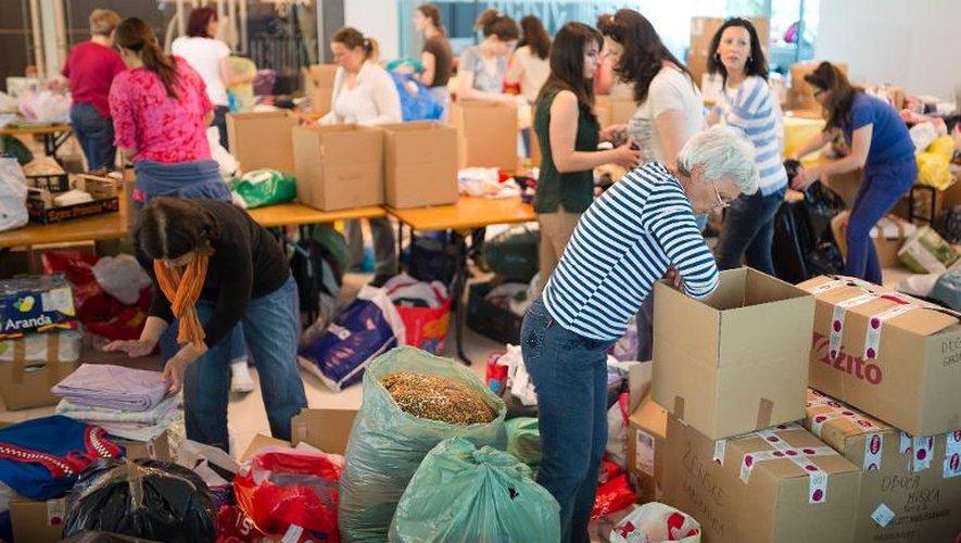 Des bénévoles organisent l'aide alimentaire dans un centre le 20 mai 2014 à Lubjana