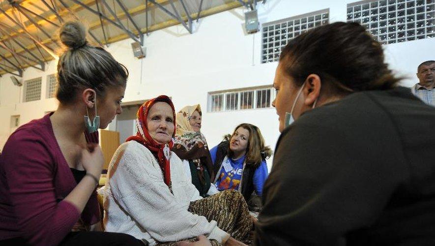 Une femme bosniaque  réconfortée par des volontaires le 20 mai 2014 dans un centre d'hébergement à Zepce
