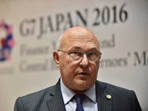 """Carburants: Sapin juge les blocages non """"légitimes"""" et accuse la CGT"""