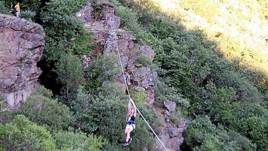 Lorsqu'on y jette un coup d'œil rapide, la tyrolienne, longue d'une centaine de mètres, impressionne... Une fois bien accroché, c'est un véritable plaisir qui finit bien trop vite.