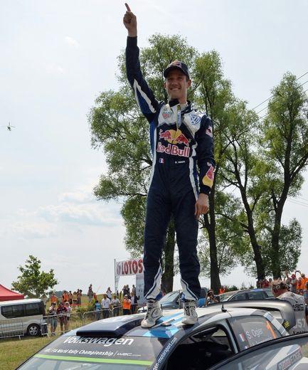 Sebastien Ogier, sur le toit de sa VW Polo R, fête sa victoire au rallye de Pologne WRC, le 5 juillet 2015 à Baranowo