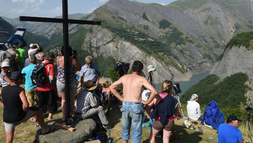Des gens observent la montagne et le lac du Chambon, le 4 juillet 2015