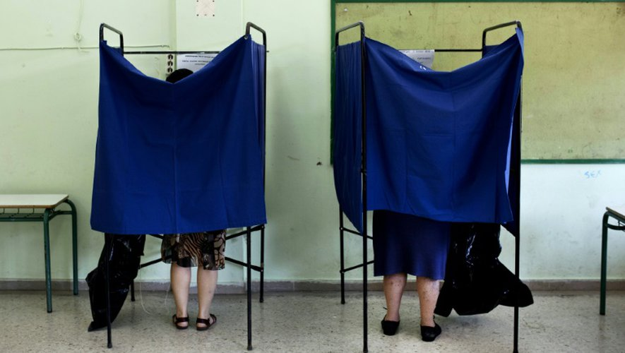 Des isoloirs dans un bureau de vote à Athènes, le 5 juillet 2015