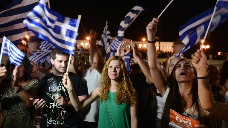 Des partisans du non se réjouissent des résultats du référendum à Athènes, le 5 juillet 2015