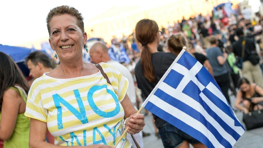 Dans le centre d'Athènes, une femme célèbre la victoire du non au réferendum grec
