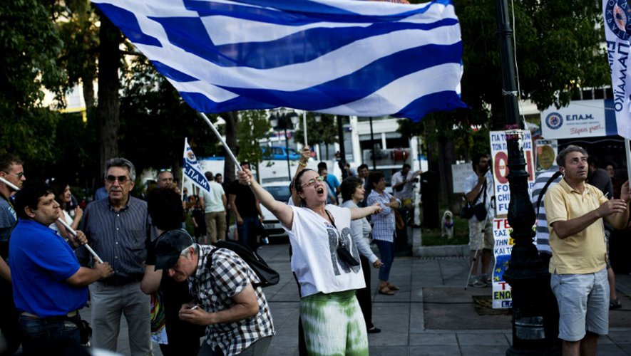 Une femme célèbre la victoire du non au référendum sur la place Syntagma à Athènes, le 5 juillet 2015