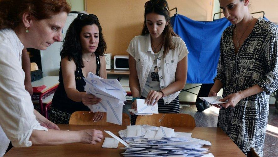 Comptage des bulletins dans un bureau de vote d'Athènes