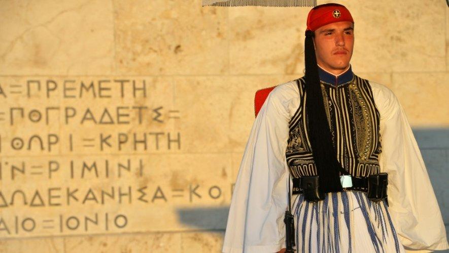 Un Evzone, soldat de la garde présidentielle, devant le Parlement à Athènes, le 5 juillet 2015