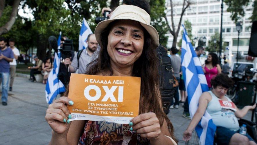 """Une grecque brandit le """"non"""" au référendum au square Klafthmonos à Athènes, le 5 juillet 2015"""