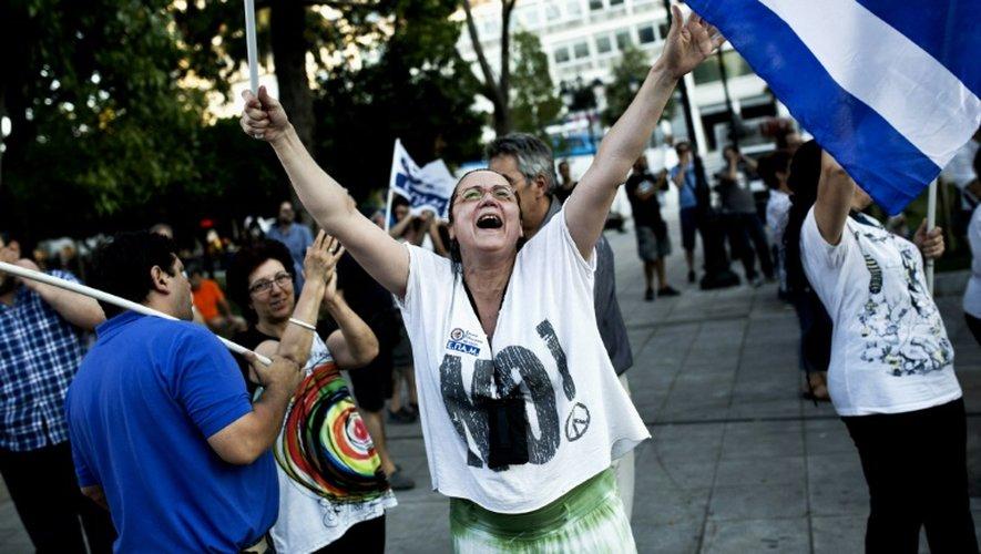 """Une grecque fête la victoire du """"non"""" au square  Syntagma à Athènes, le 5 juillet"""