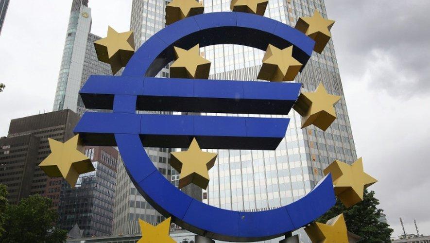 Le logo de l'euro devant le siège de la BCE à Francfort le 22 juin 2015