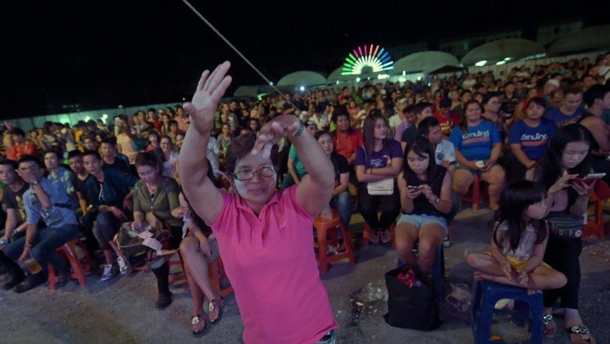 Un spectateur se tremousse au rythme de la musique thaïlandaise Mo Lam lors d'un concert à Bangkok, 14 mai 2015