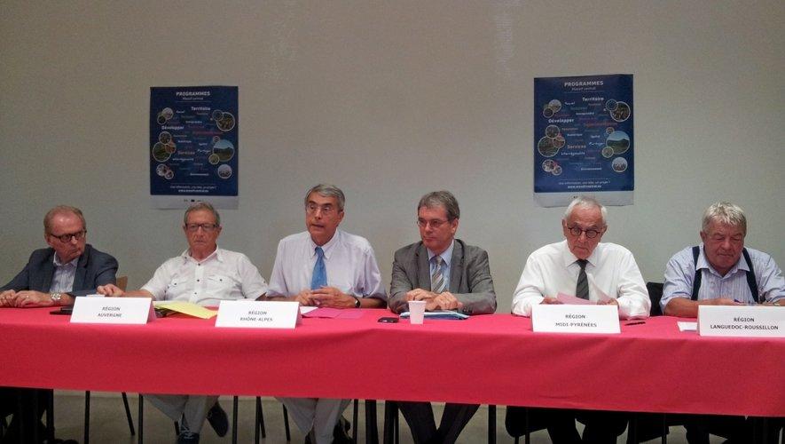Alain Lagarde (Limousin), René Souchon (Auvergne), Jean-Jack Queyrane (Rhône-Alpes), Le préfet de l'Aveyron, Martin Malvy (Midi-Pyrénées) et Jean-Claude Gayssot (Languedoc-Roussilon) engagés pour le Massif central.