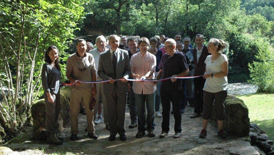 Pour le départ de la marche sur le Pont de Comencau avec élus et partenaires à l'heure de la coupure du ruban inaugural.